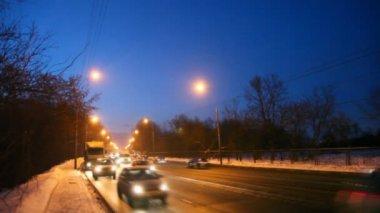 Samochody i ciężarówki porusza się w nocy w zimie — Wideo stockowe