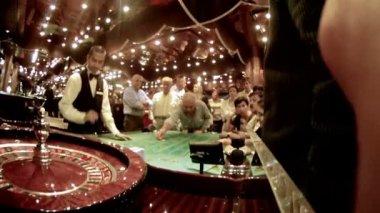 El trabajo de croupier detrás de mesa en casino — Vídeo de Stock