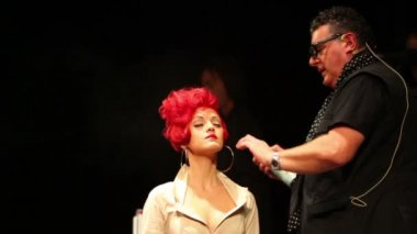 Tim Hartley use hairspray on model at Davines Hair Show 2010 — Stock Video