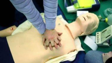 Persona si allena per fare compressioni toraciche su manichino — Video Stock
