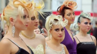 Five models with fanciful hairdo at XVII International Festival World of Beauty 2010 — Stock Video