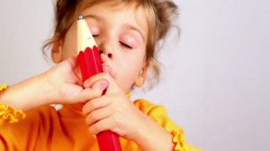 Bambina tenere sorriso e matita grande — Video Stock