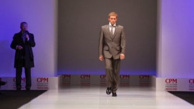 Man wear brown suit from Slava Zaytzev walk the catwalk — Stock Video