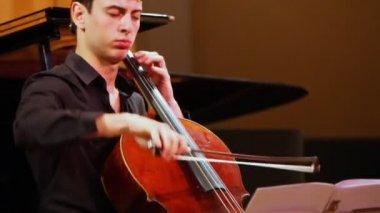 Narek Hakhnazaryan expressive plays cello in Museum of Musical Culture named Glinka — 图库视频影像