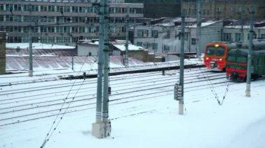 Dwa pociąg porusza się po obu stronach w strefie przemysłowej — Wideo stockowe