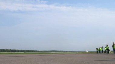Kibiców gromadzą się w pobliżu pasa startowego z ruchu samolotów na lotnisku domodiedowo — Wideo stockowe