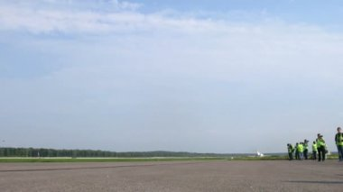 Spotters gather near runway with moving planes on Domodedovo airport — Stock Video