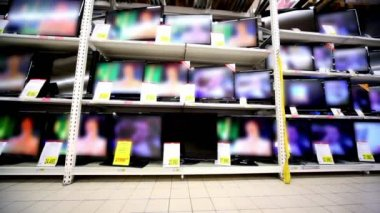 Many tv sets stay working on showcase in hypermarket — Stockvideo