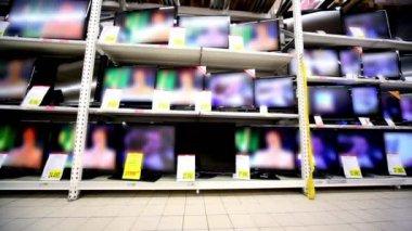 Muchos televisores quedarse trabajando en vitrina en hipermercado — Vídeo de Stock