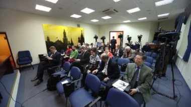 Journalists wait conference of Chairman of Federation Council S.M. Mironov — Stock Video