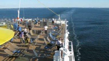 乗務員スタックのクルーズ船の甲板上のサンベッド — ストックビデオ