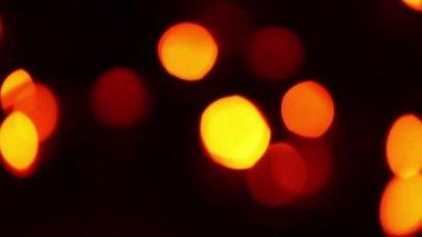 Arbre décoré par garland, mouvement ascendant de taches de couleur — Vidéo