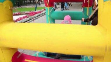 Dívka chodit v nafukovací kola v parku na podzimní den v bolotné náměstí — Stock video
