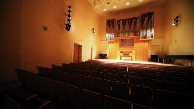 Prázdné koncertní sál s velkými varhany — Stock video