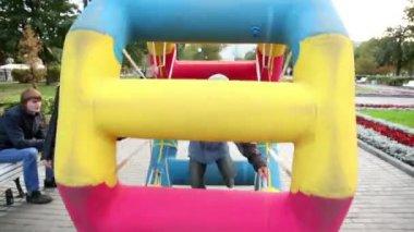 Garçon marche en roue gonflée dans le parc à la place bolotnaya — Vidéo
