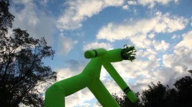 Inflated man dance at background of sky with clouds on City Day — Vidéo