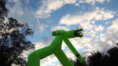 市の日に雲と空の背景に水増し男のダンス — ストックビデオ