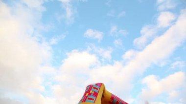 Ciekawski chłopiec patrzy przez lornetkę na tle wieżowców, a potem okazuje — Wideo stockowe