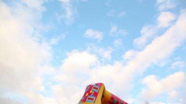 Färgglada uppblåsta man dans på bakgrund av himlen med moln — Stockvideo