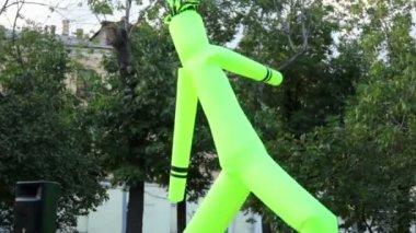 市の日に木の背景で水増し男のダンス — ストックビデオ
