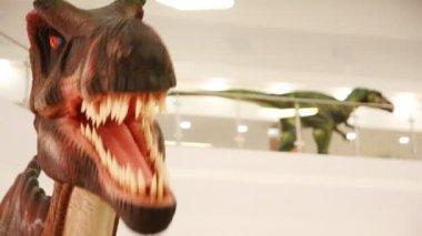 Dinosaur animated dummy at shopping mall — Stock Video