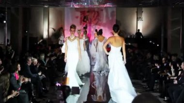 Models in wedding dresses walk around catwalk at Evening of French fashion — Stock Video