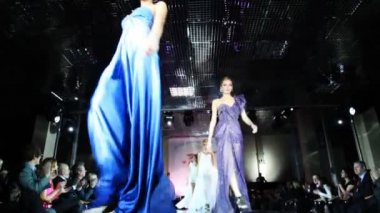 All models come to podium at the end of show — Stock Video
