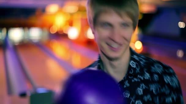 Sostenga la bola de boliche y luego tira para vencer a skittles — Vídeo de stock