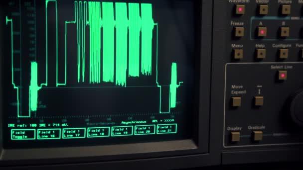 Courbe apparaissent sur l'écran de l'oscilloscope, main appuyer sur certains boutons — Vidéo