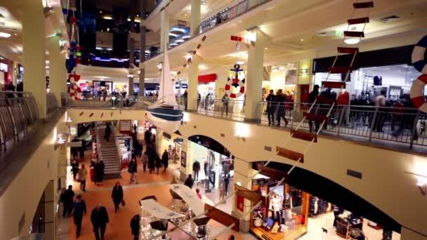 Clients à pied le long des boutiques sur plusieurs étages commerce centre atrium à kurskaya — Vidéo