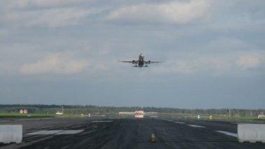 Aviões por transforma voar acima e pousar no campo de decolagem no aeroporto de sheremetyevo — Vídeo stock