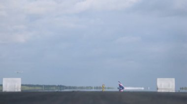 Planes fly up and land on take-off field at Sheremetyevo airport — Vidéo
