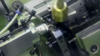 Automatic chain-bending machine in action — Stock Video