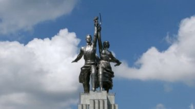 Worker and Kolkhoz Woman monument in front of passing clouds, time lapse — Stock Video