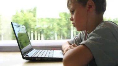 Jongen in hoofdtelefoons kijken op laptop tijdens het reizen per trein, time-lapse video — Stockvideo
