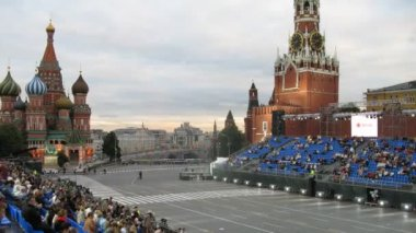 Spectators take the places to look at military musical festival SPASSKAYA BASHNYA — Stock Video