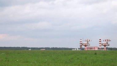 AEROFLOT planes go on take-off field near radar on Sheremetyevo airport — Stock Video