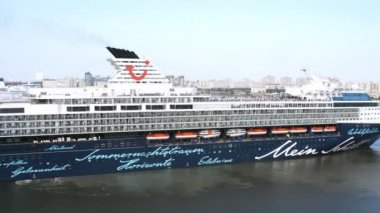 Mein Schiff 2 cruise liner takes off — Stock Video