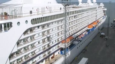 Enormous cruise liner stationed at bay, time lapse — Stock Video