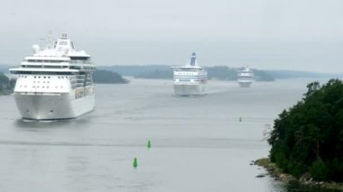 Cruise liners manoeuvring between rock islands in mist, time lapse — Stock Video
