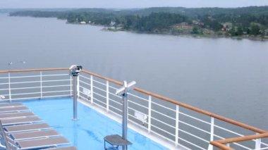бинокль на корабль доску с чайки на фоне, вид с палубы этажа — Стоковое видео