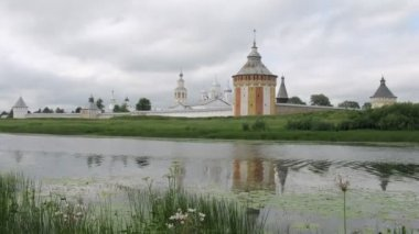 Clouds fly above Spaso Prilutskij monastery in Vologda — Stock Video