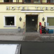 People come and leave hotel Tirol — Stock Video