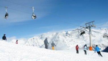 滑雪板和上升对山 tiefenbachkogl 电缆车上爬下来山滑雪者 — 图库视频影像