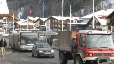Automobile tourists go on main street of Sölden where there are many convenient hotels — Stock Video