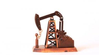 Souvenir olja pump snurra medurs om axel på vit bakgrund — Stockvideo