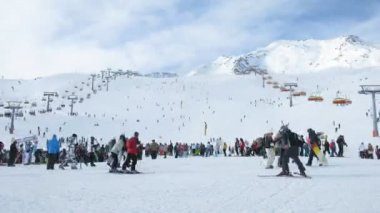 Crowd of people stand and wait turn in a zone of skiing Giggijoch for beginners — Stock Video