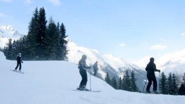 Los esquiadores ir en turn y bajar de la montaña — Vídeo de stock