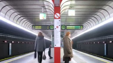 火车来和在地铁站上留下 — 图库视频影像