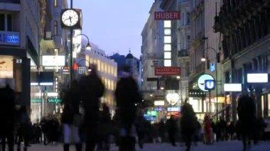 Tourists walk on Kartner Strasse across evening Vienna — Stock Video